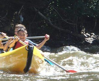 Enfants en canoe dans le courant